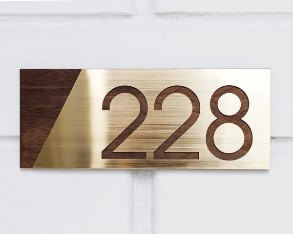 Цифры на дверь квартиры американский орех и золото