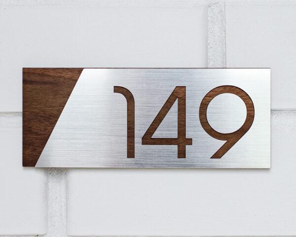 Цифры на дверь квартиры американский орех и алюминий