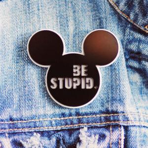 "Значок с Микки Маусом и надписью ""Be stupid""."