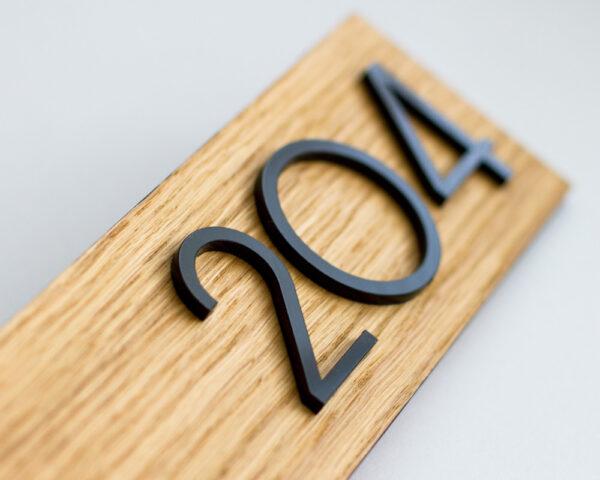 Номер на дверь из шпона дуба и чёрного акрила