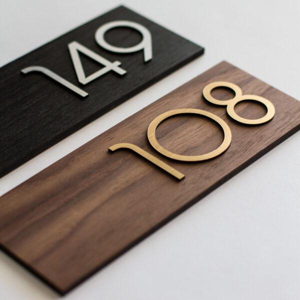 Номер на дверь из шпона и металлизированного пластика
