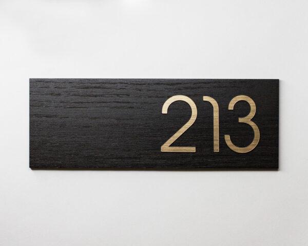 Номер на дверь квартиры из шпона дуба черного и золотого пластика