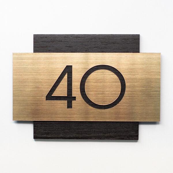 Номер на дверь квартиры, чёрный шпон дуба и золотистый пластик