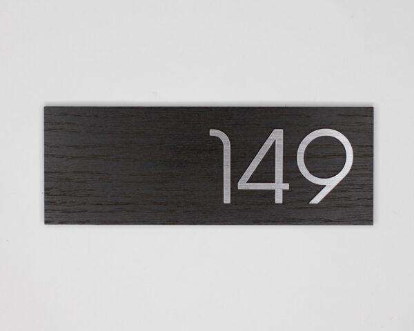 Номер на дверь квартиры из шпона дуба черного и серебристого пластика
