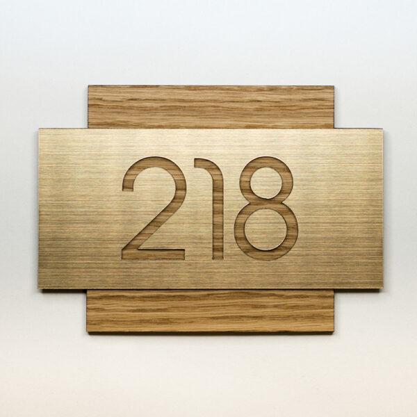 Номер на дверь квартиры, шпон дуба и золотой пластик