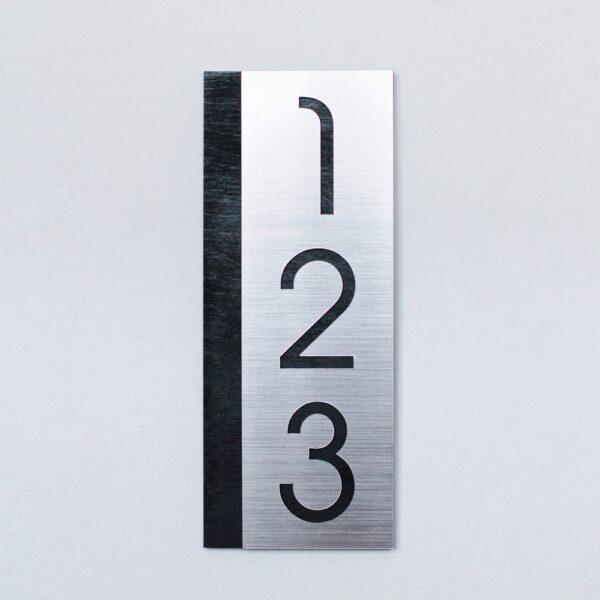 Вертикальный номер на дверь квартиры