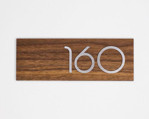 Номер на дверь квартиры из шпона американского ореха и серебристого пластика